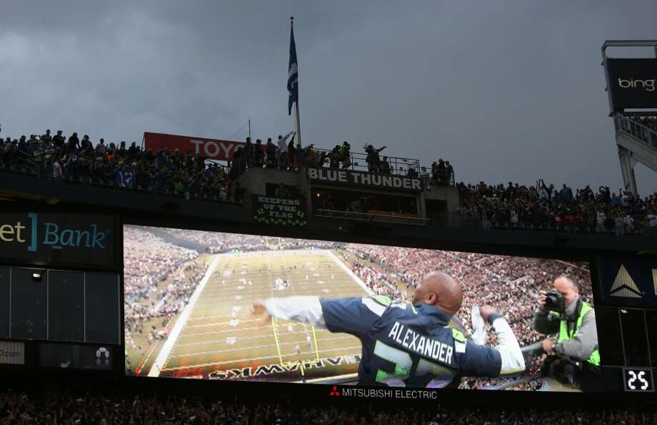 Former Seattle Seahawks player Shaun Alexander raises the 12th Man flag. Photo: JOSHUA TRUJILLO, SEATTLEPI.COM