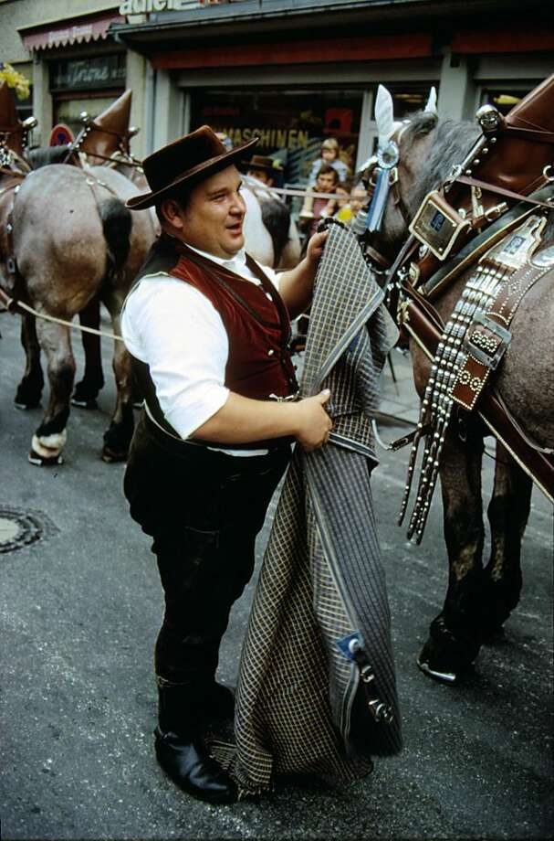 A beer delivery man in traditional costume at the Oktoberfest, pictured in 1972. Photo: Ernst Haas, Getty Images / Ernst Haas