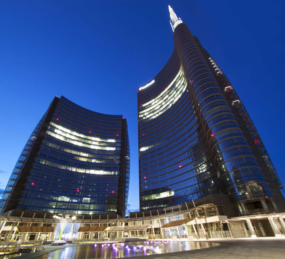 LED lights allow the facade of UniCredit Tower to change color. Photo: Giovanni Zanghi