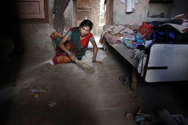 Eleven days after giving birth, Manisha Parmar cleans her home shortly after returning to Khambhat, India, Monday, June 3, 2013. Photo: Nicole Fruge, The Chronicle
