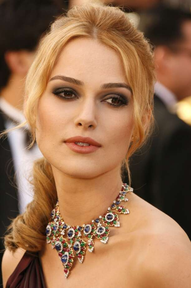 Keira Knightley wearing a vintage necklace in yellow gold set with cabochon sapphires, emeralds, rubies and brilliant cut diamonds at the 2006 Academy Awards. Photo: Courtesy Of The De Young And Bulgari