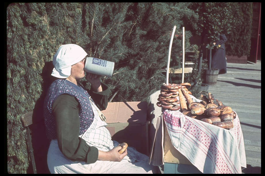 A pretzel and bread vendor. Photo: Hugo Jaeger, Getty Images / Time Life Pictures