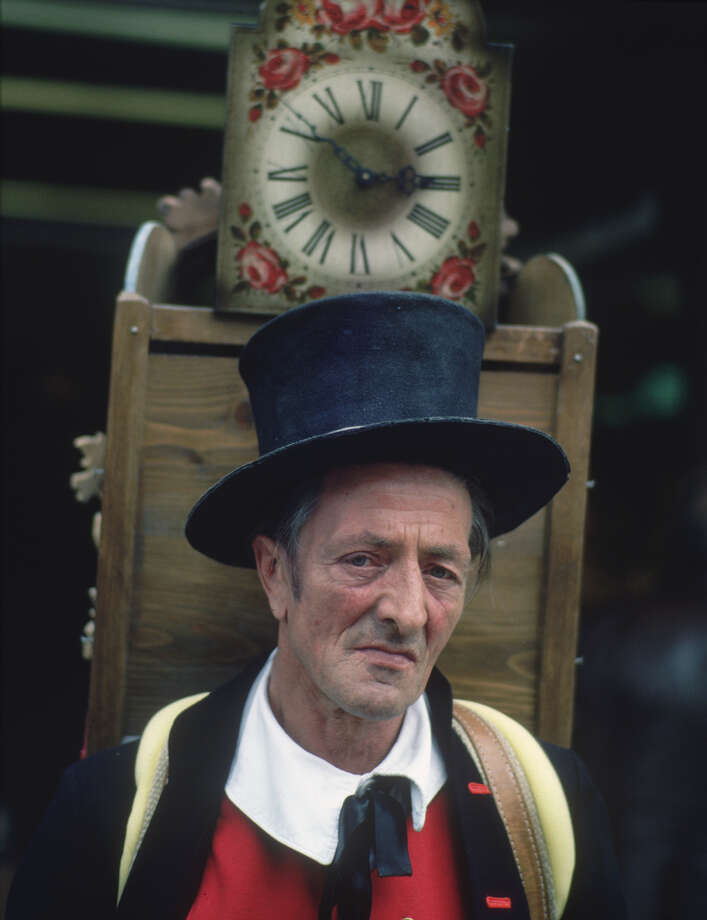 A man carrying a wooden clock on his back during Oktoberfest, pictured in 1980. Photo: Ernst Haas, Getty Images / Ernst Haas