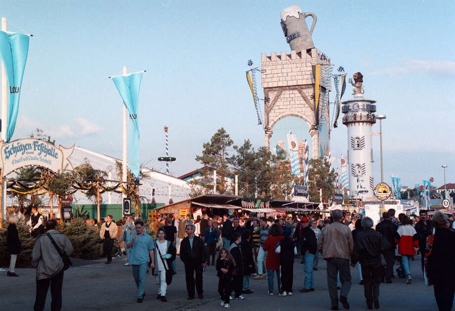 Oktoberfest crowds arrive for drinking. Photo: Peter Bischoff, Getty Images / 1998 Getty Images