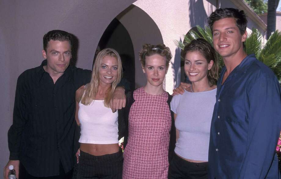 Sarah Paulson (center) in 1999, when she was in the WB show Jack & Jill with (left to right) Justin Kirk, Jaime Pressly, Amanda Peet and Simon Rex.  Photo: Ron Galella, Ltd., Getty Images / 1999 Ron Galella, Ltd.