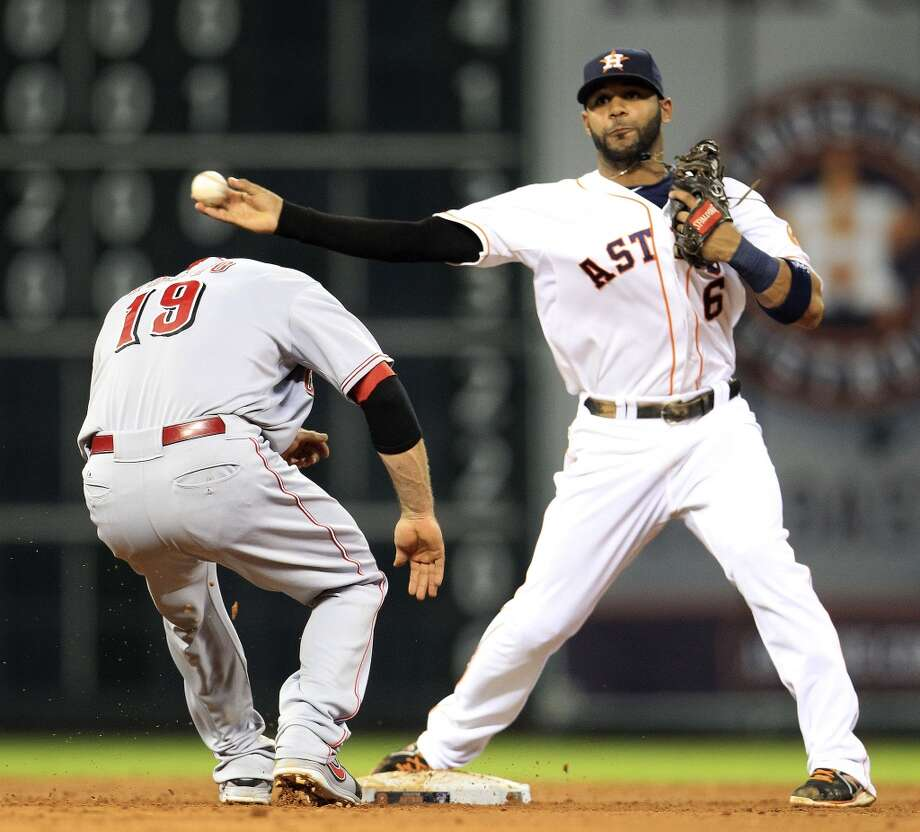 Astros shortstop Jonathan Villar (6) tags out Joey Votto. Photo: Karen Warren, Houston Chronicle