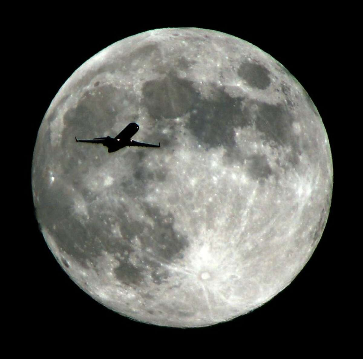 Moonshot: A jetliner approaches to LAX.