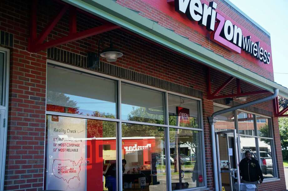 Thieves made off with more than $60,000 worth of cell phones and tablets from the Verizon Wireless store on Kings Highway East Thursday morning. Photo: Genevieve Reilly / Fairfield Citizen