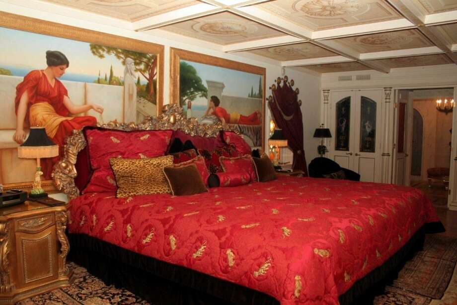 Bedroom with frescos presumably of Versace origin.  Photo via Top 10 Real Estate Deals. Photo: Http://www.toptenrealestatedeals.com/gbrown/weekly-features/7-23-2013/