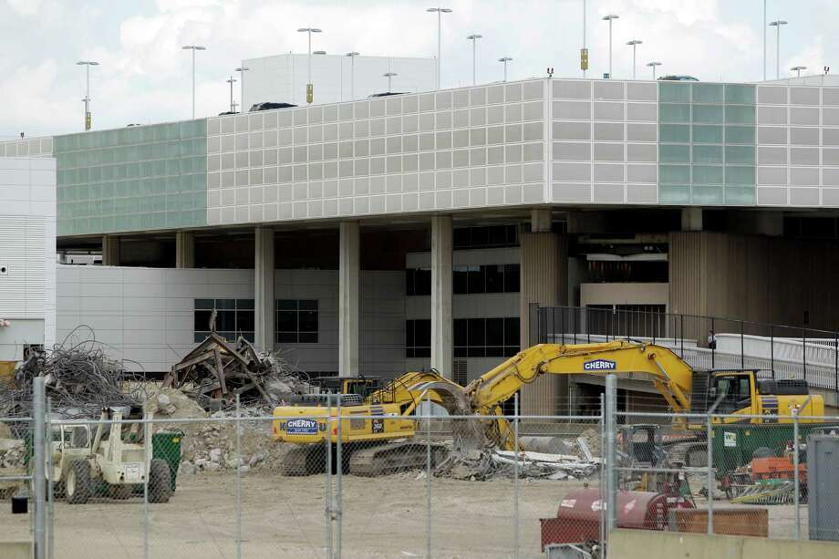 Bush Intercontinental Airport will receive $600,000 from the Federal Aviation Administration to improve sustainability and lower environmental impact. Photo: Melissa Phillip, Staff / © 2013  Houston Chronicle