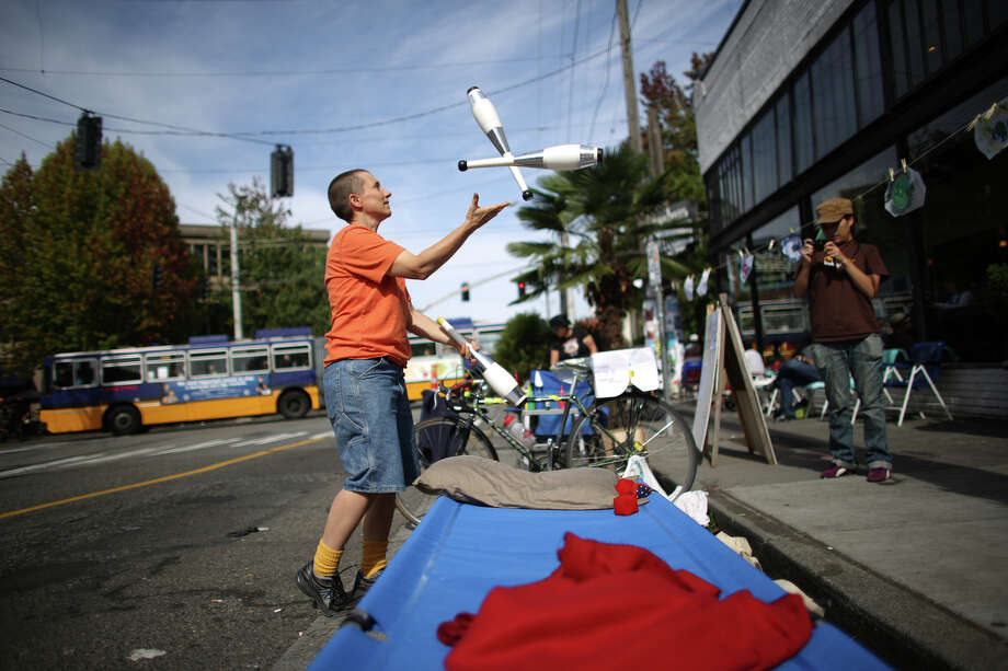Gina Hicks juggles in the Sustainable Capitol Hill space on Melrose Avenue during PARK(ing) Day. Photo: JOSHUA TRUJILLO, SEATTLEPI.COM / SEATTLEPI.COM