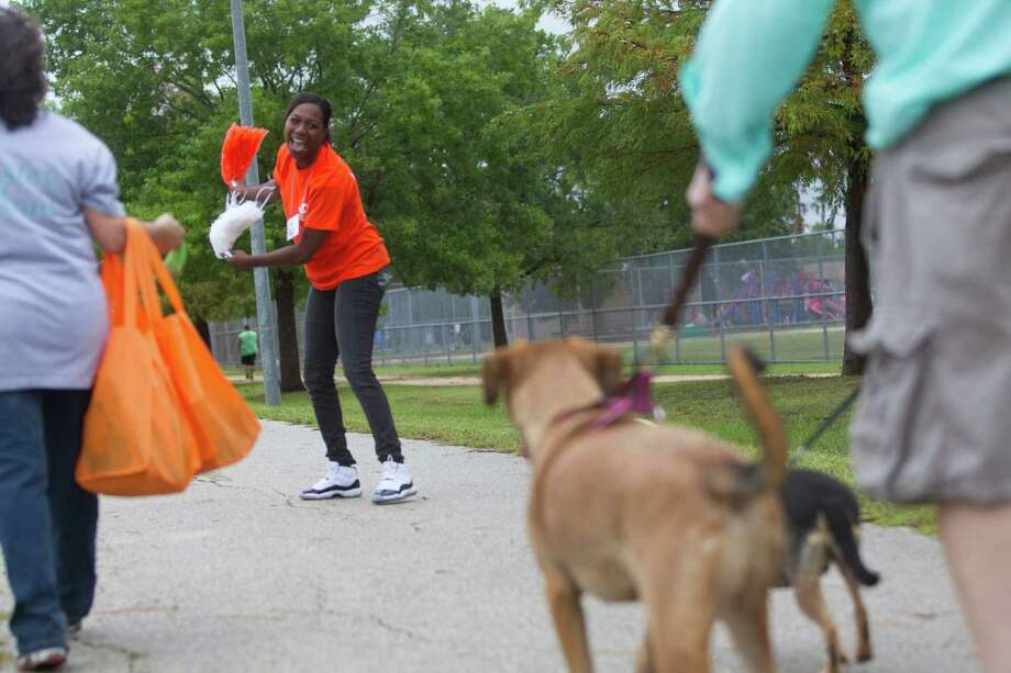 Niki Sims cheers on hundreds of dogs and their owners. Photo: Johnny Hanson, Houston Chronicle / Houston Chronicle