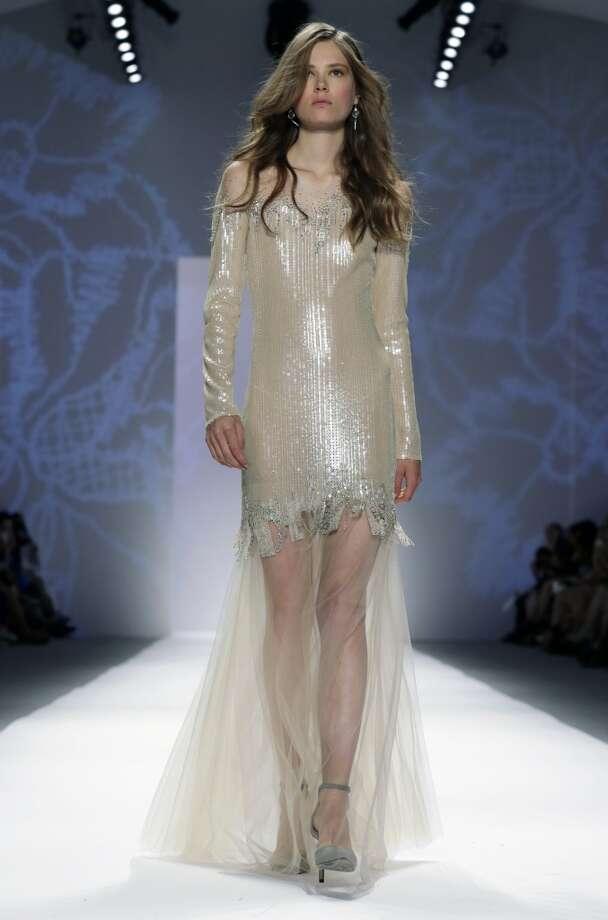 Una modelo presenta piezas de la colección primavera 2014 de Tadashi Shoji en la Semana de la Moda de Nueva York en una fotografía del 5 de septiembre de 2013. (Foto AP /Richard Drew) Photo: Associated Press