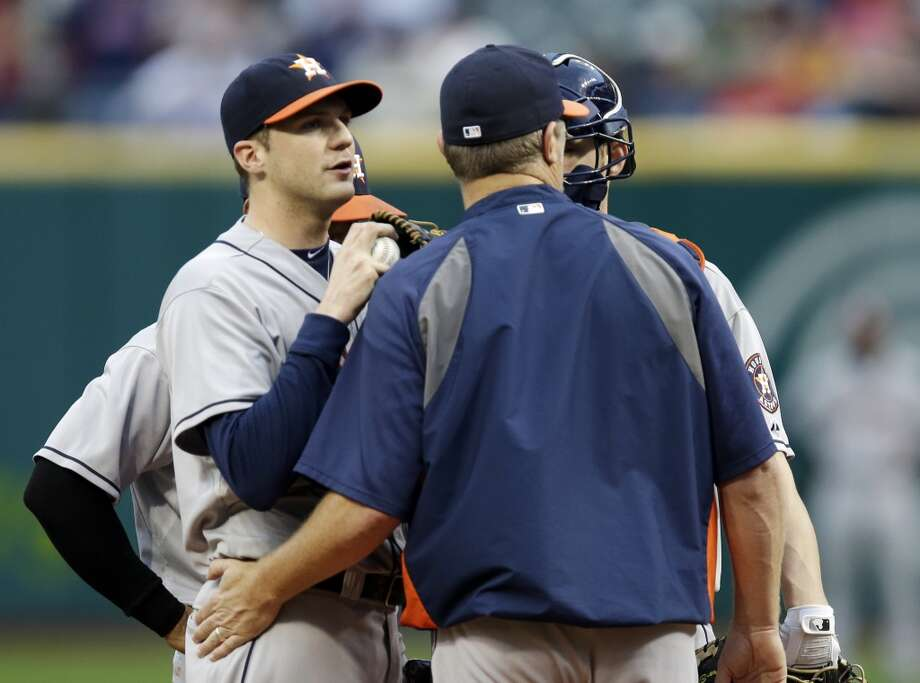 Astros starting pitcher Paul Clemens, left, gets a visit from pitching coach Doug Brocail. Photo: Mark Duncan, Associated Press