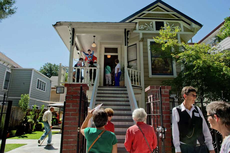 In this Sept. 15, 2013 photo, a steady stream of people toured the boarding home that Dorothea Montalvo Puente's lived in, during the Sacramento Old City Association's annual home tour in Sacramento, Calif. Puente was charged with nine murders but convicted of only three when she ran a former boardinghouse. Photo: AP