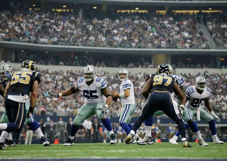 Dallas Cowboys quarterback Tony Romo (9) passes against the St. Louis Rams during the second quarter