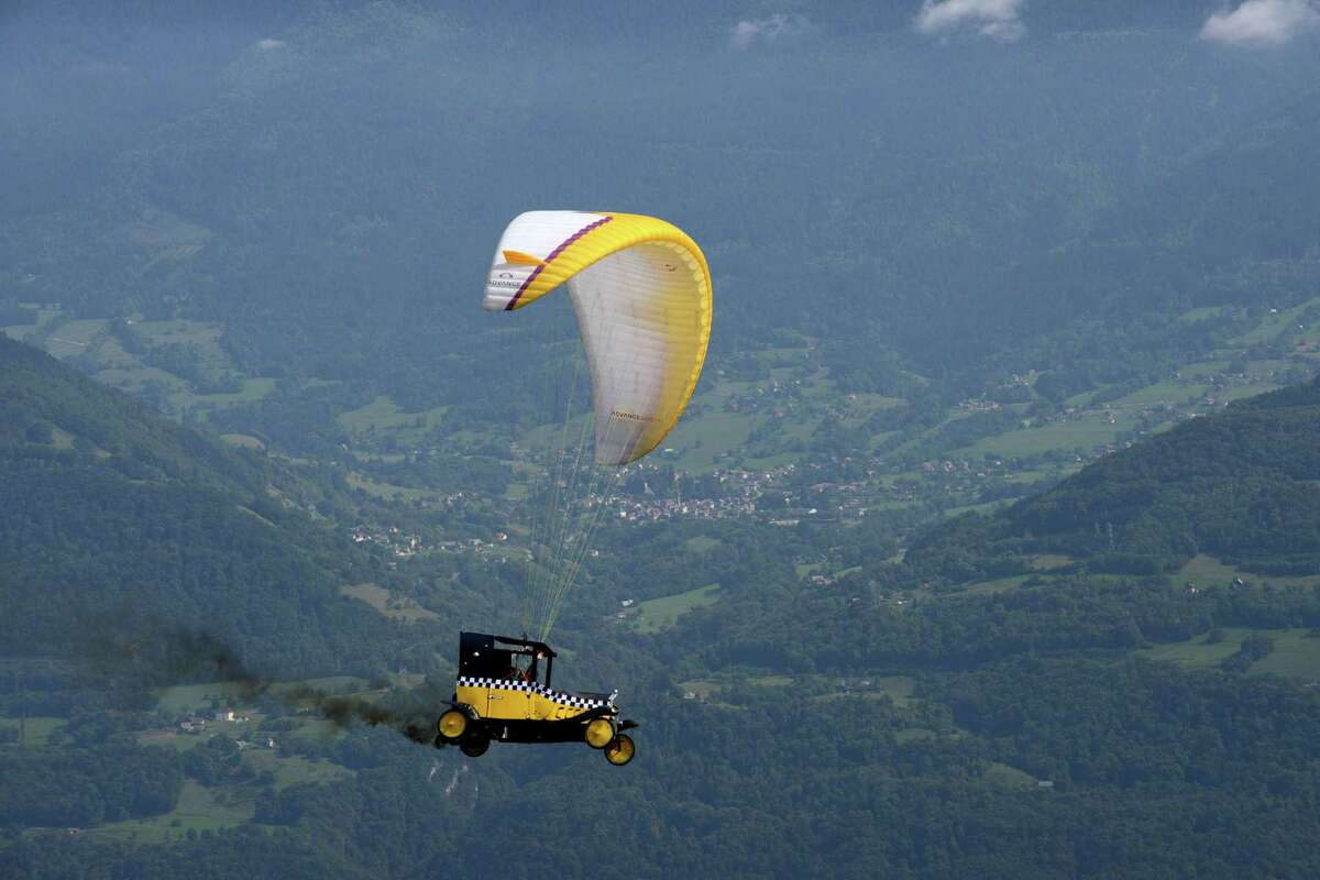 TOPSHOTS A paraglider competes, on September 22, 2013 in Saint-Hilaire-du-Touvet, southeastern France, during the 40th edition of the Icare cup. AFP PHOTO / JEAN-PIERRE CLATOTJEAN-PIERRE CLATOT/AFP/Getty Images ORG XMIT: -