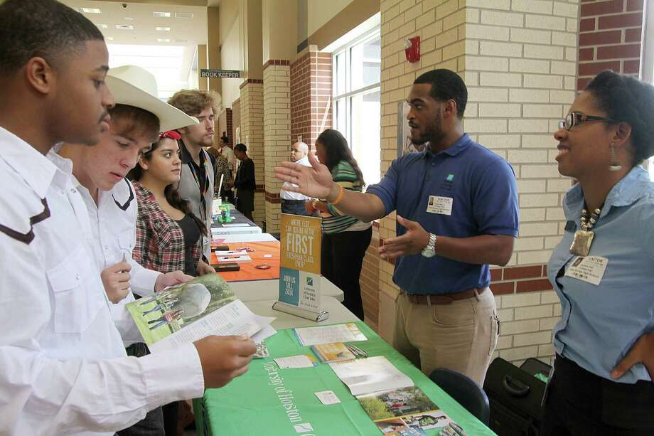 University of Houston-Clear Lake representatives Robert Melvin and Daylisha Hall talk to Clear Springs High School students about what the college offers. Photo: Pin Lim, Freelance / Copyright Pin Lim.