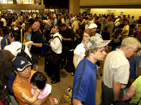 Hundreds fill the Concourse of Terminal C, Continental Airlines check-in at the Bush Intercontinental Airport,  Thursday Sept. 22, 2005. Photo: Ben DeSoto, Houston Chronicle / Houston Chronicle