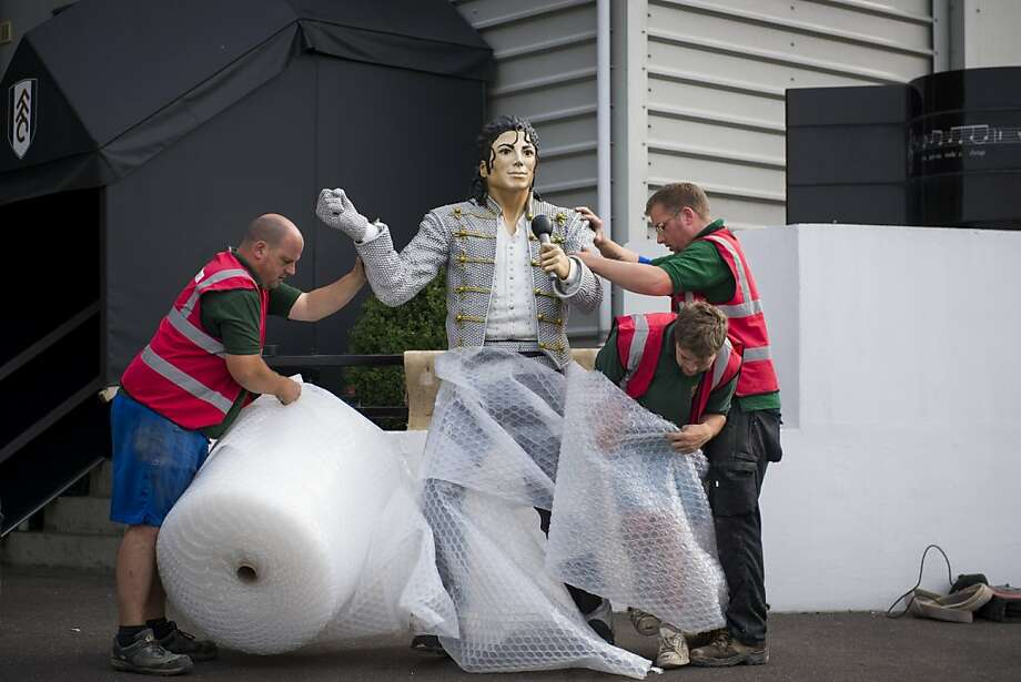 Michael Jackson gets a red card: Workers remove a statue of Michael Jackson from outside Craven Cottage, home of Fulham F.C., in London. The statue, built two years ago by Mohamed al-Fayed, the soccer team's eccentric former owner, was taken down Wednesday after standing by the Thames River for the last two years. Photo: Andrew Testa, New York Times