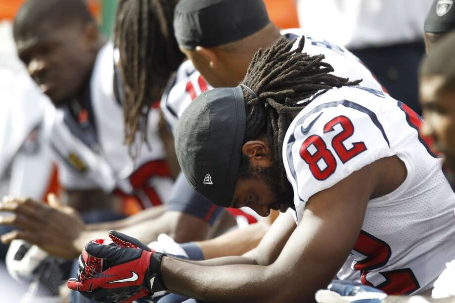 Texans wide receiver Keshawn Martin (82) hangs his head on the bench. Photo: Brett Coomer, Houston Chronicle