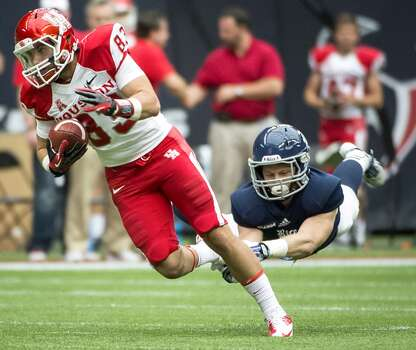 Houston wide receiver Andrew Rodriguez gets past Rice safety Garrett Fuhrman. Photo: Smiley N. Pool, Houston Chronicle