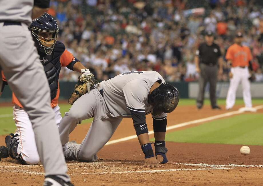 Yankees second baseman Robinson Cano (24) beats the tag to score. Photo: Karen Warren, Houston Chronicle