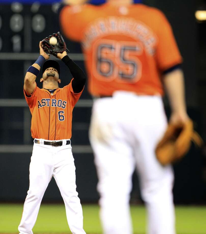 Astros shortstop Jonathan Villar (6) catches the pop out on J.R. Murphy. Photo: Karen Warren, Houston Chronicle