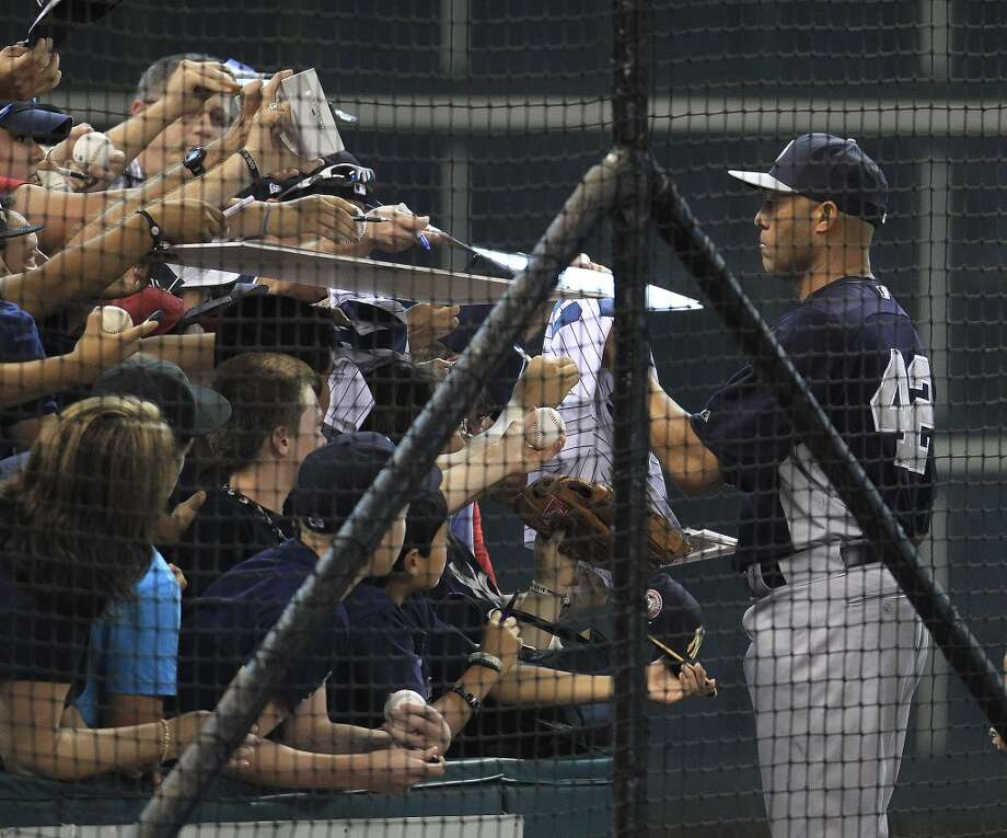 Yankees relief pitcher Mariano Rivera (42) signs autographs during batting practice. Photo: Karen Warren, Houston Chronicle