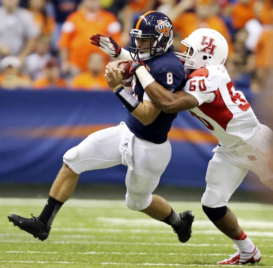 UTSA' s Eric Soza tries to shake the tackle of University of Houston's Efrem Oliphant during first half action Saturday Sept. 28, 2013 at the Alamodome. Photo: San Antonio Express-News
