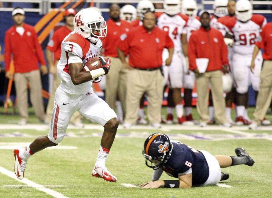 University of Houston's William Jackson runs past UTSA' s Tucker Carter after making an interception during second half action Saturday Sept. 28, 2013 at the Alamodome. Jackson scored a touchdown on the play. The University of Houston won 59-28. Photo: San Antonio Express-News
