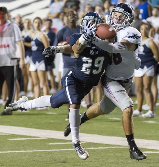 Rice cornerback Bryce Callahan (29) breaks up a pass intended for Florida Atlantic wide receiver Jen