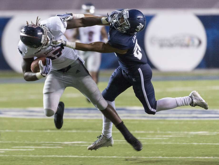Florida Atlantic running back Jonathan Wallace (27) is brought down by Rice cornerback Bryce Callahan (29). Photo: Smiley N. Pool, Houston Chronicle