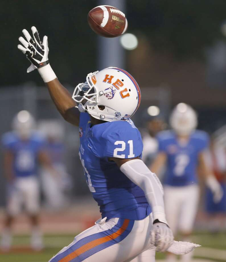 Davis Iheanacho #21 watches the pass sail over his head in the end zone. Photo: Thomas B. Shea, Houston Chronicle