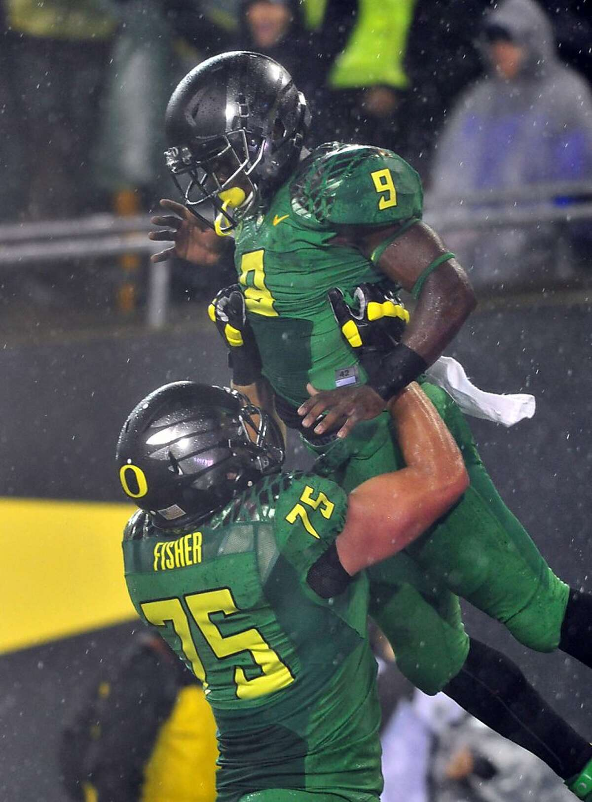 EUGENE, OR - SEPTEMBER 28: Running back Byron Marshall #9 of the Oregon Ducks celebrates with offensive linesman Jake Fisher #75 of the Ducks after scoring a touchdown during the first quarter of the game against the California Golden Bears at Autzen Stadium on September 28, 2013 in Eugene, Oregon. (Photo by Steve Dykes/Getty Images)