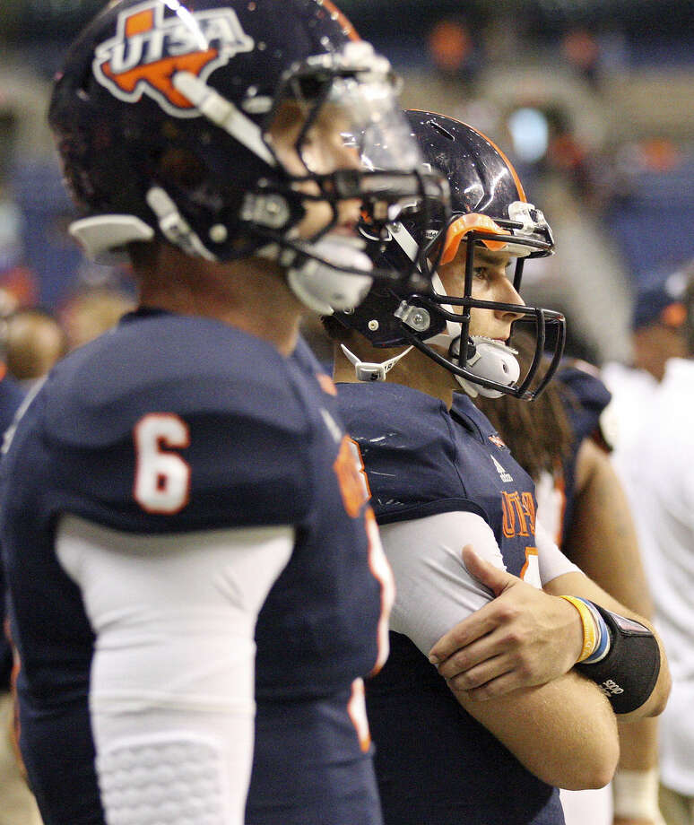 UTSA' s Tucker Carter (left) and Eric Soza can only watch Houston pull away for a 59-28 win Saturday. Photo: Edward A. Ornelas / San Antonio Express-News