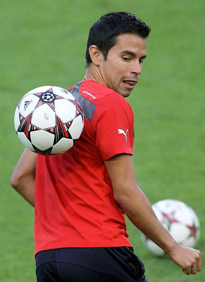 Love Olympiakos' new Velcro jerseys: Javier Pedro Saviola Fernandez of Olympiakos practices for his team's 