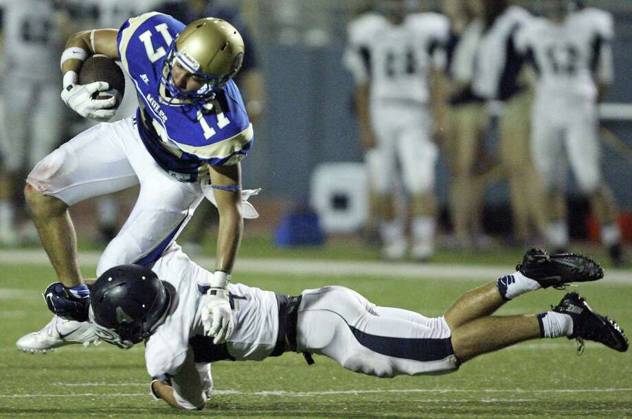Alamo Heights' Noah Hernandez tries to shake the tackle of Boerne Champion's Carter Rentz during first half action Friday at Harry B. Orem Stadium. The Mules won, 41-17. Photo: Edward A. Ornelas / S.A. Express-News