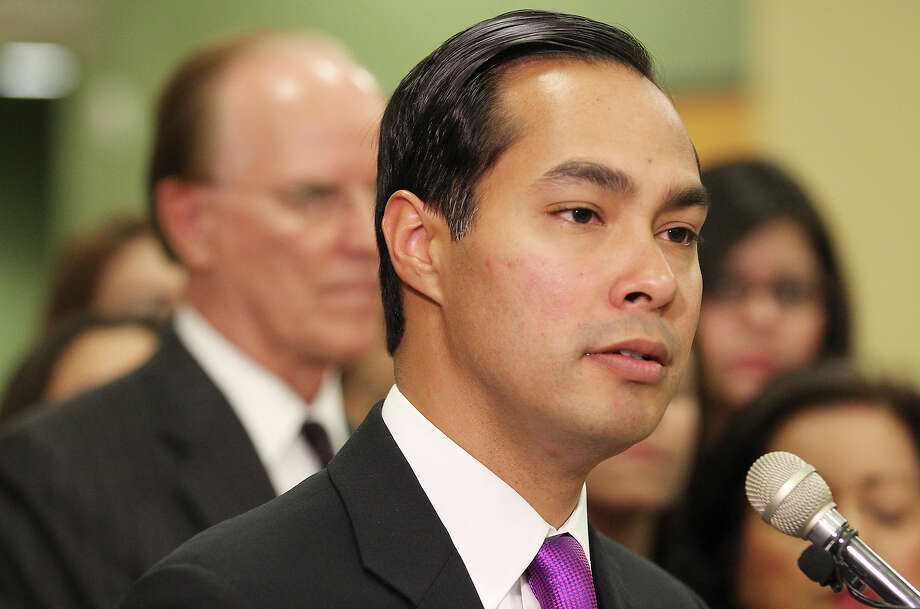On Wednesday Mayor Julián Castro finally entered the debate, ending his silence about his position on H-E-B's request. He supports the closure. Photo: Kin Man Hui, San Antonio Express-News / ©2013 San Antonio Express-News