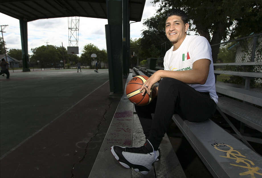 Lanier High graduate Orlando Mendez-Valdez is a standout basketball player in Mexico. Mendez-Valdez played for Western Kentucky, leading his team to the Sweet 16 in 2009. Photo: Kin Man Hui / San Antonio Express-News