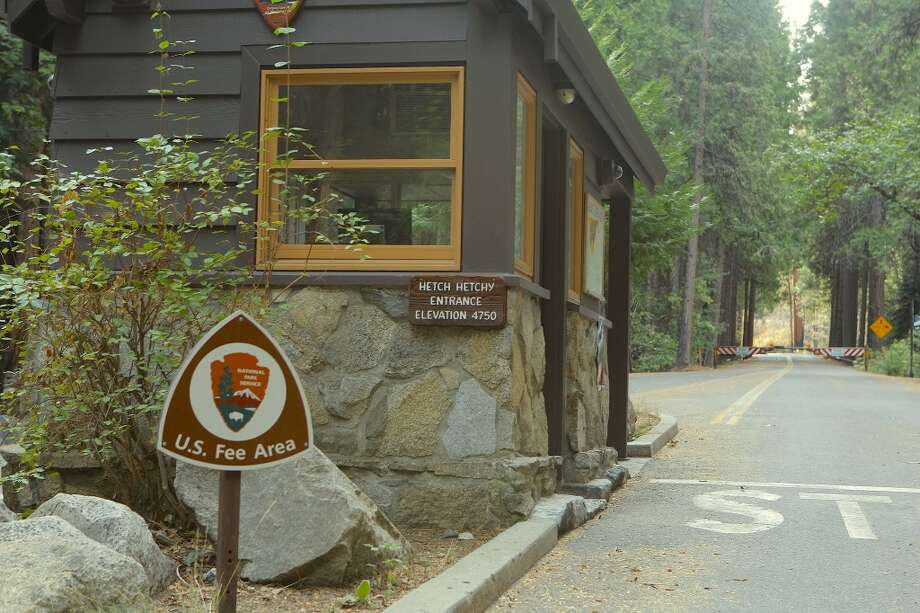 The Hetch Hetchy entrance kiosk was abandoned Tuesday -- and just beyond, the road gated Photo: Tom Stienstra/The Chronicle