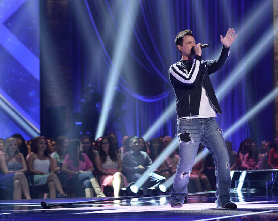 THE X FACTOR: FOUR CHAIR CHALLENGE: Contestant Jeff Gutt performs at the FOUR CHAIR CHALLENGE on THE X FACTOR airing Wednesday, Oct. 2 (8:00-10:00 PM ET/PT) on FOX.  CR: Michael Becker / FOX. © Copyright 2013 FOX Braodcasting.