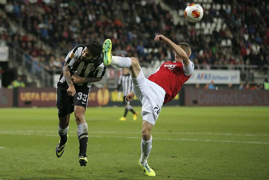 Near-miss:AZ's Jeffrey Gouweleeuw (right) clears the ball before Paok's Stefanos Athanasiadis can head it during a Europa League Group L soccer match in Alkmaar, Netherlands. Photo: Peter Dejong, Associated Press