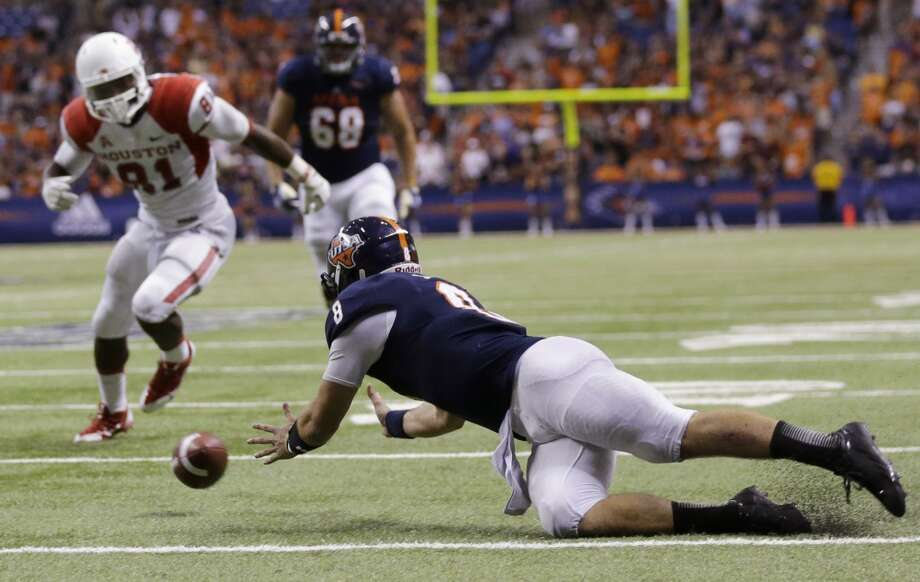 Texas-San Antonio quarterback Eric Soza drops a pass on a trick play as Houston's Tyus Bowser (81) defends during the second half of an NCAA college football game, Saturday,  Sept. 28, 2013, in San Antonio. Houston won 59-28. (AP Photo/Eric Gay) Photo: Eric Gay, Associated Press