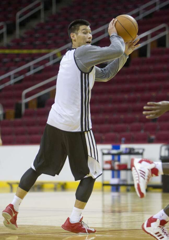Jeremy Lin looks to make a pass. Photo: Cody Duty, Houston Chronicle