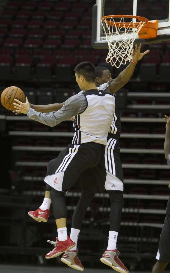 Jeremy Lin goes up in the air and looks to pass. Photo: Cody Duty, Houston Chronicle