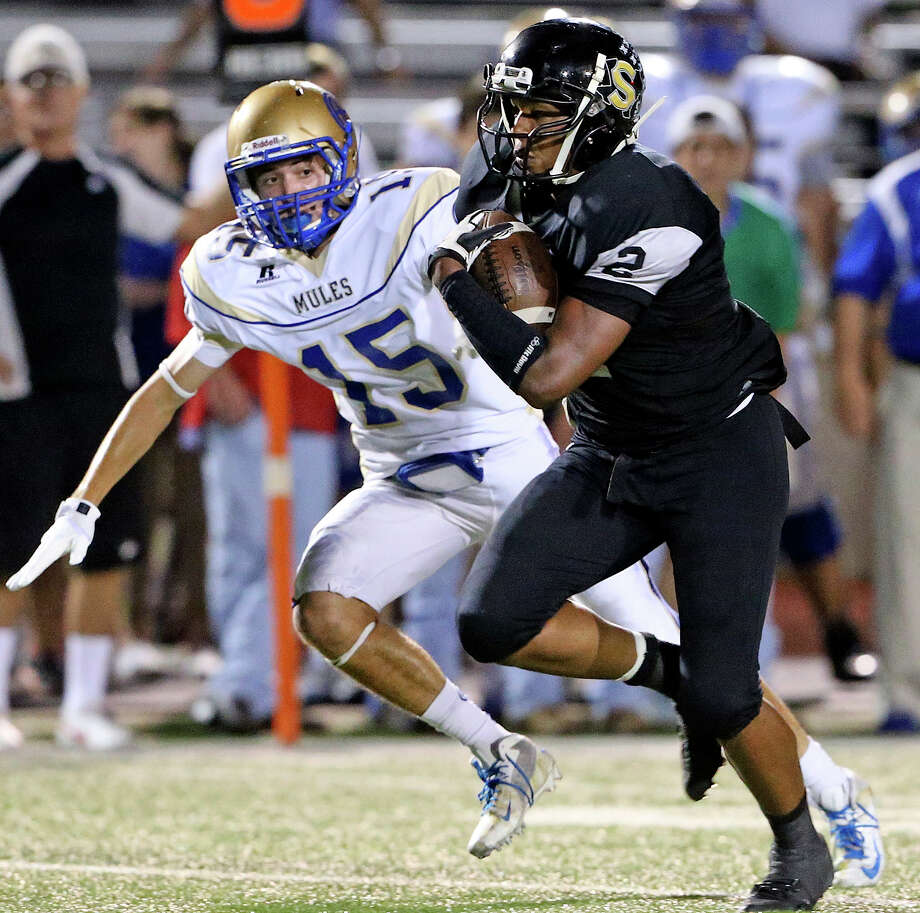 Colton Applewhite gets away from Mule defender Daniel Mays as Seguin hosts Alamo Heights at Matador Stadium on October 4, 2013. Photo: Tom Reel, San Antonio Express-News