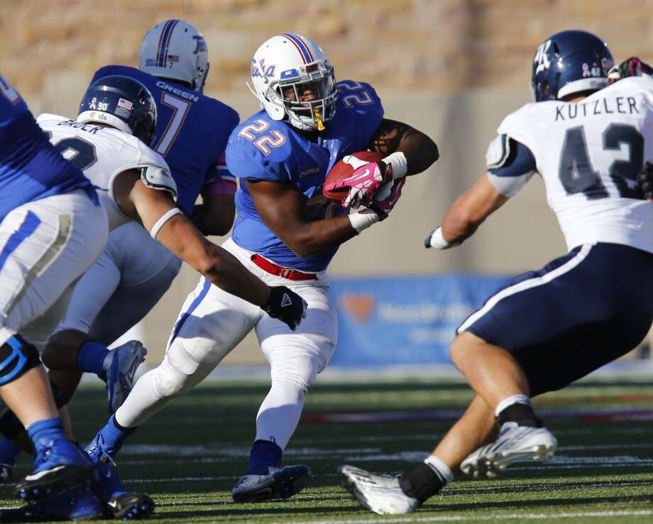 Tulsa's Trey Watts, center, runs with the ball during the second half of an NCAA college football game Oct. 5, 2013, at Chapman Stadium in Tulsa, Okla. (AP Photo/Tulsa World, Tom Gilbert) Photo: Tom Gilbert, Associated Press