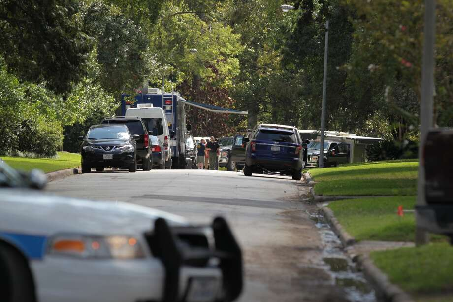The FBI investigates a home at 411 Fall River Road Friday afternoon. Photo: James Nielsen, Houston Chronicle