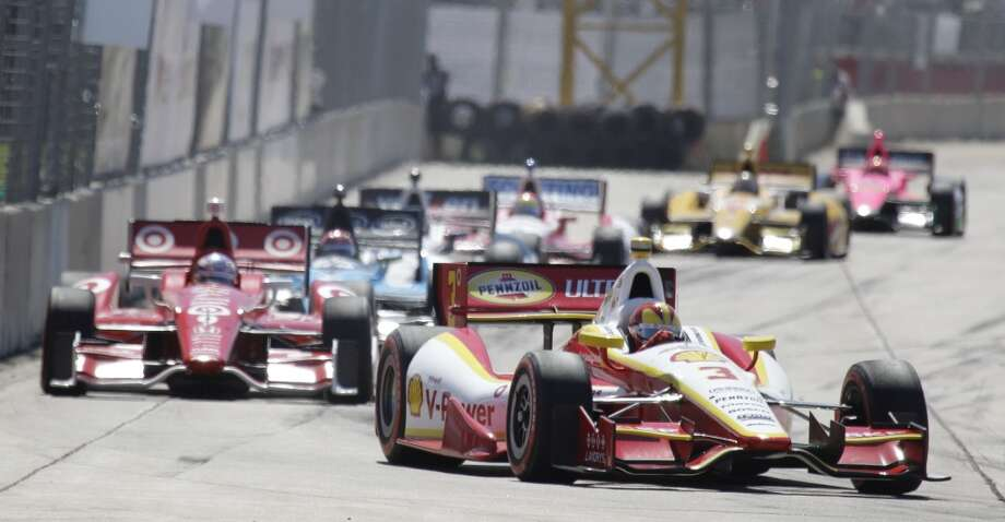 Helio Castroneves leads early during the second race. Photo: Melissa Phillip, Houston Chronicle